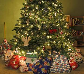 b2ap3_thumbnail_christmas-tree-gifts.jpg